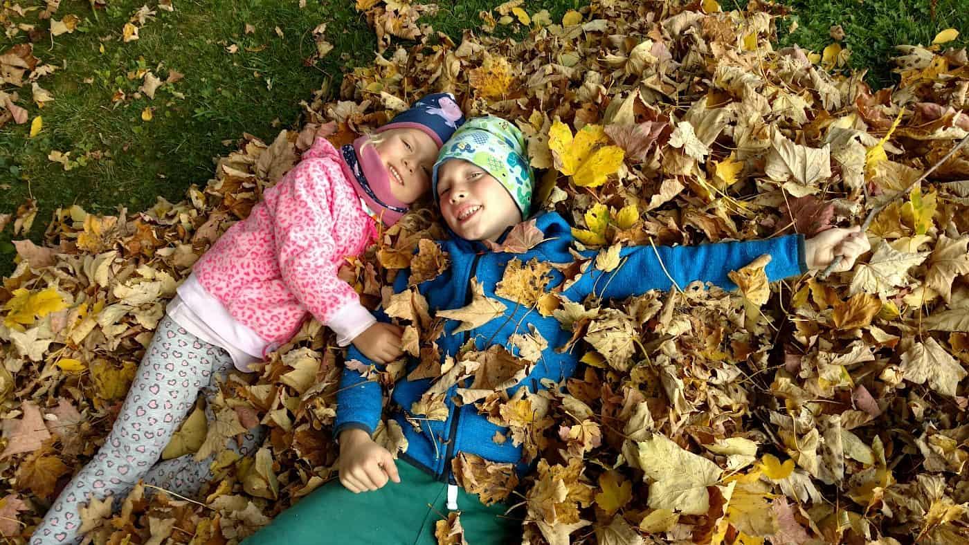 hüpfen im Blätterhaufen