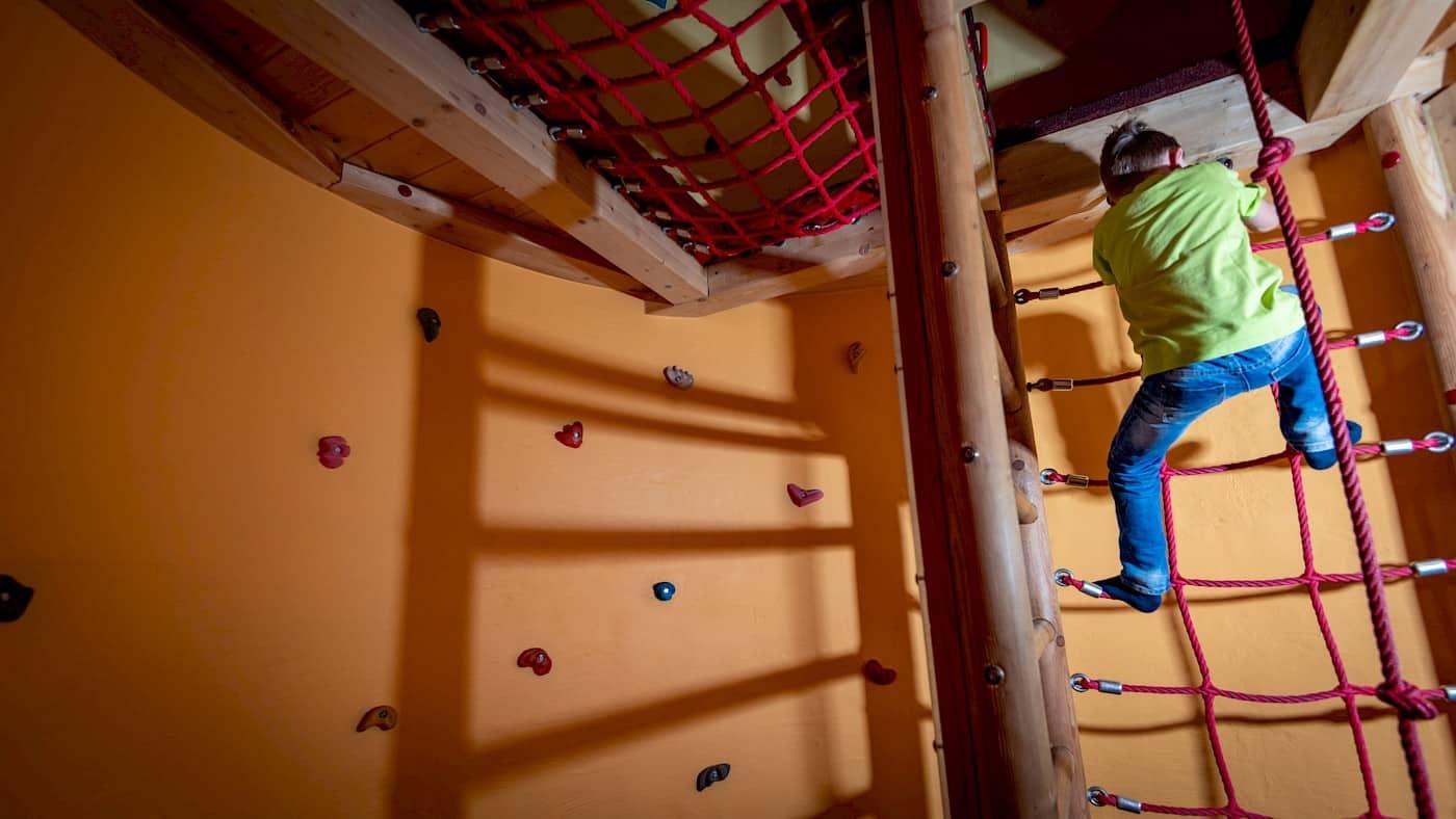 Kinderbetreuung mit Kletterturm